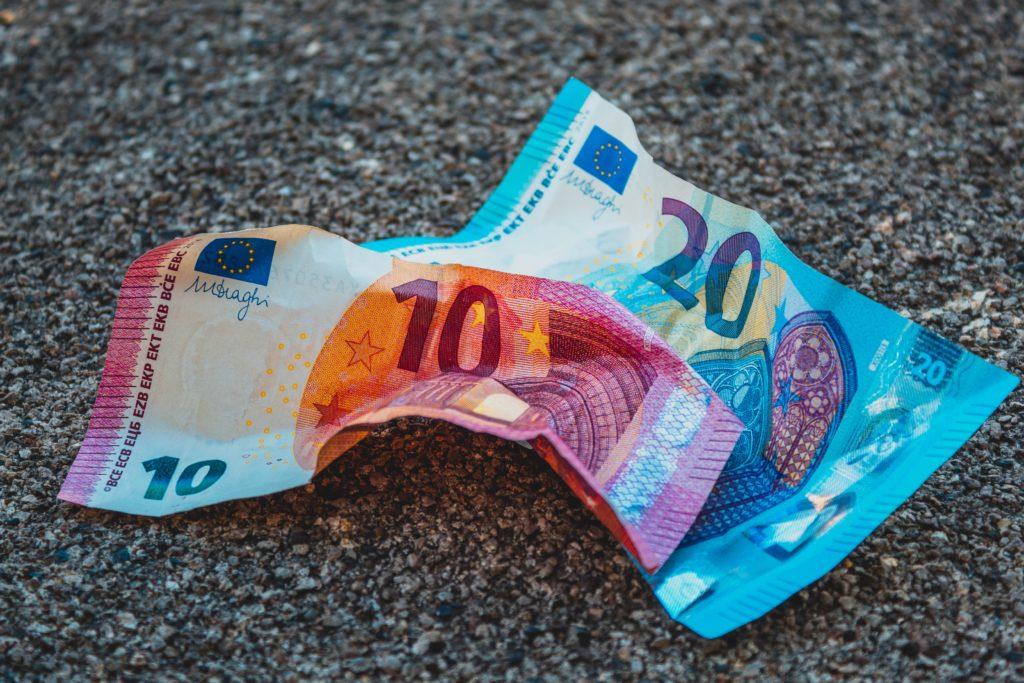 Geld achter de hand hebben