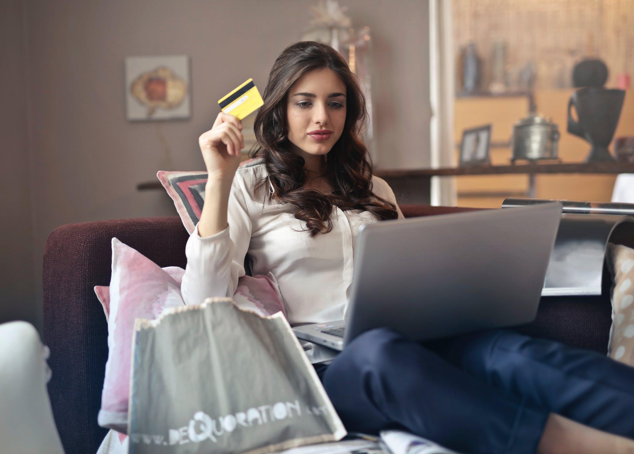 Kobieta robiąca zakupy online za pomocą karty kredytowej