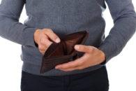 Mężczyzna przedstawiający pusty portfel