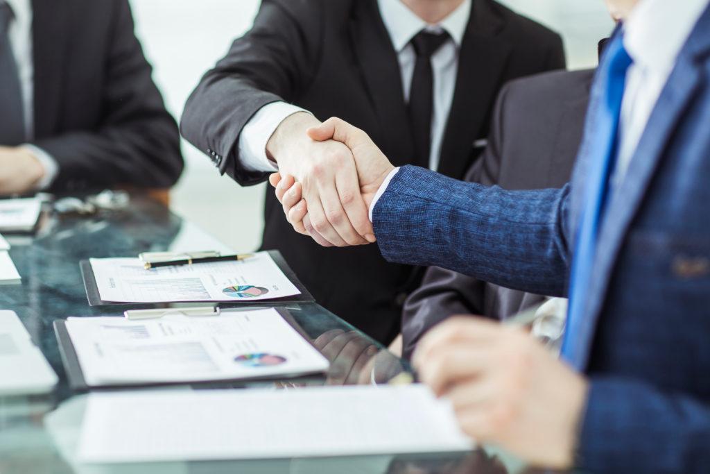 uścisk dłoni dwóch kierowników podczas zawierania umowy o pożyczkę