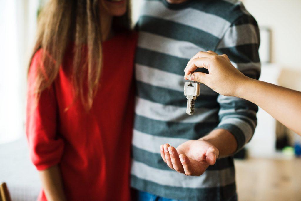 Kobieta i mężczyzna otrzymują komplet kluczy